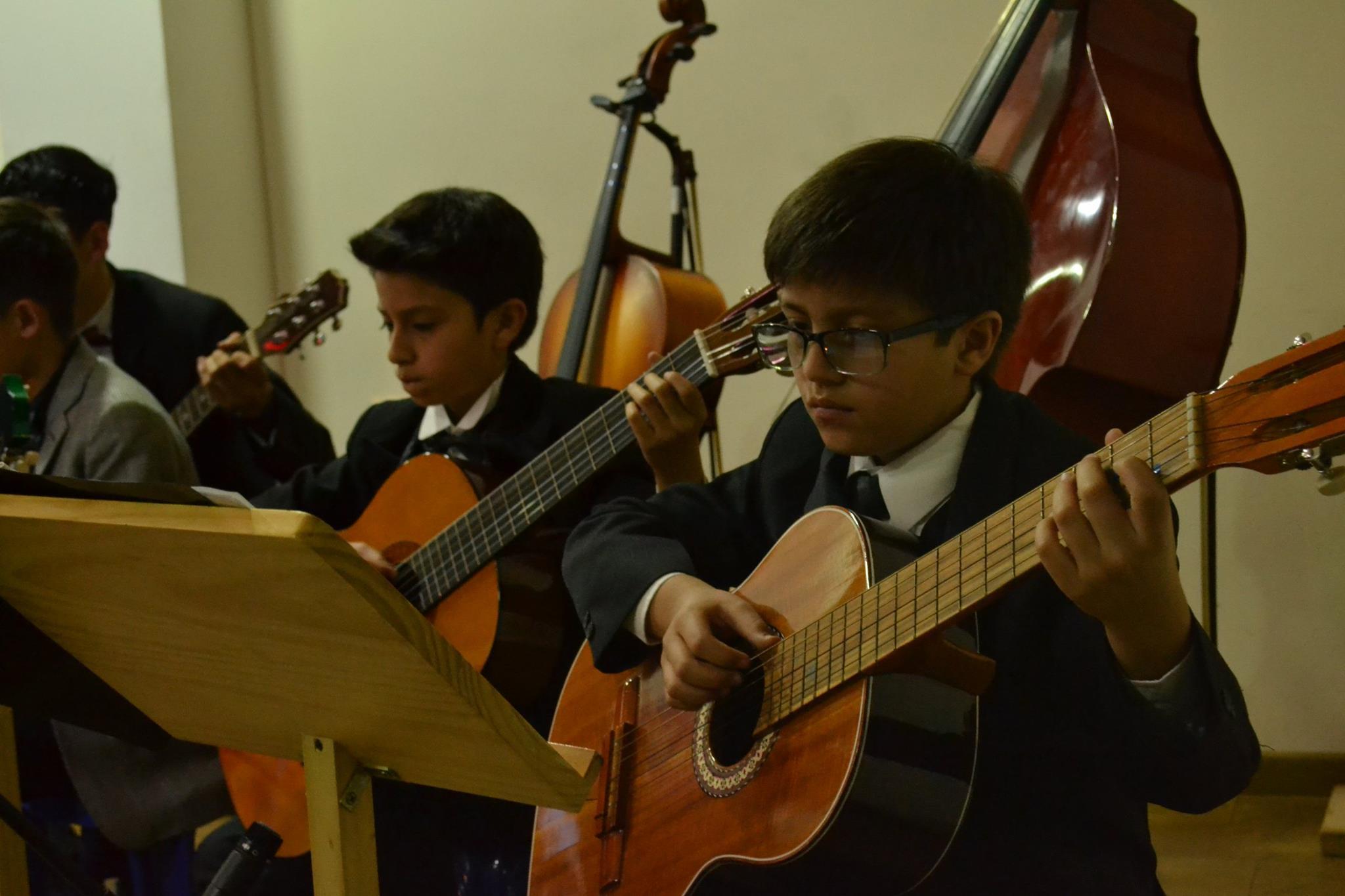 Orquesta de Guitarra. Aprende a tocar guitarra. conciertos de guitarra. Música clásica.Música Colombiana